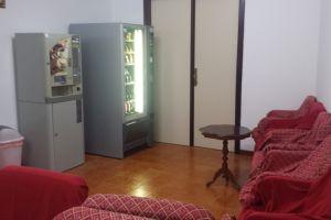 Sala relax con TV e distributori bevande e snack